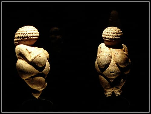 Venus of Willendorf Ancient art: Lascaux & Altamira Caves, Venus of Willendorf